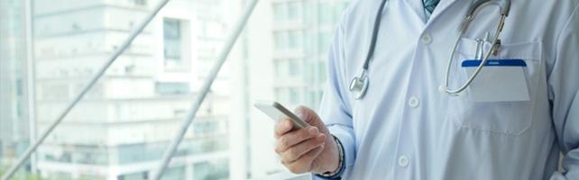 Médico no celular